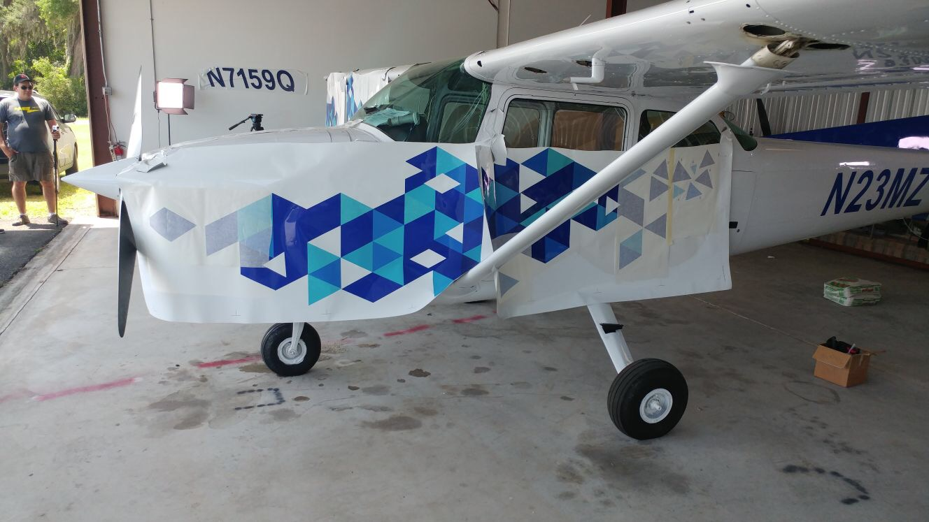airplane-vinyl-graphics-installation